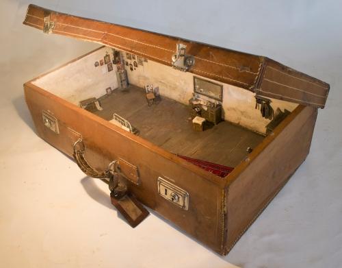 49 Φερέοικος V, 2013, κατασκευή από ξύλο, χαρτί, πηλό, ύφασμα και σύρμα μέσα σε δερμάτινη βαλίτσα, μέγ. διαστάσεις 65 x 37 x 30 ε.jpg